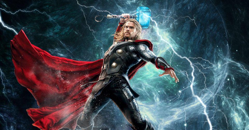 L'acteur chris hemsworth en costume de Thor et brandissant son marteau. La foudre frappe le marteau